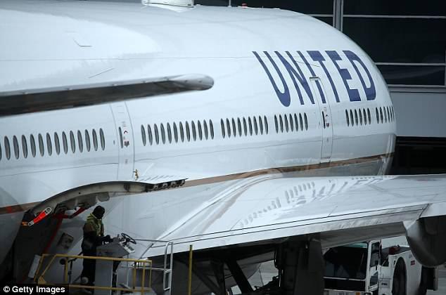 Mua vé hạng thương gia, 3 mẹ con bất ngờ bị tiếp viên đuổi khỏi máy bay vì lời phàn nàn vô lý của hành khách - Ảnh 2.