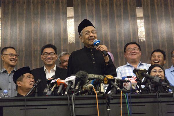 Đằng sau cuộc bầu cử lịch sử của Malaysia đưa Thủ tướng 92 tuổi lên nắm quyền: Cái bắt tay của những kẻ thù không đội trời chung - Ảnh 1.