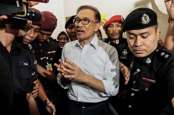 Đằng sau cuộc bầu cử lịch sử của Malaysia đưa Thủ tướng 92 tuổi lên nắm quyền: Cái bắt tay của những kẻ thù không đội trời chung - Ảnh 2.