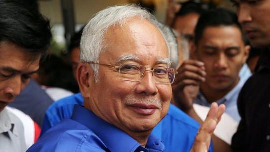 Lục soát nhà trong đêm, thu giữ đồ đạc của cựu thủ tướng Malaysia - Ảnh 3.
