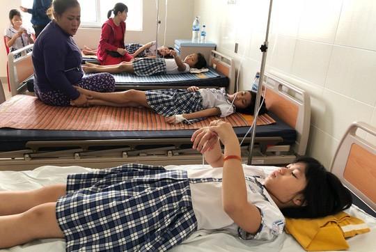 Sau khi uống trà sữa, hàng chục học sinh nhập viện cấp cứu - Ảnh 1.