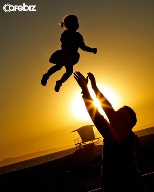 Không phải được làm sếp to hay dành tiền mua du thuyền, hạnh phúc người đàn ông đơn giản chỉ là chạy về với con và nói Bố đây! thôi - Ảnh 2.