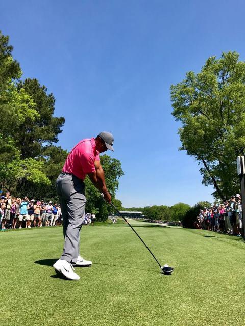 Khán giả vây kín sân Quail Hollow xem Tiger Woods đánh tập - Ảnh 5.