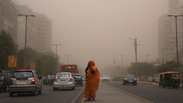 Bão bụi càn quét Ấn Độ, hơn 100 người thiệt mạng - Ảnh 1.