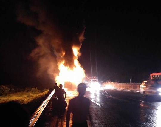 Xe khách Phương Trang bốc cháy dữ dội trên cao tốc, nhiều người thoát chết - Ảnh 2.