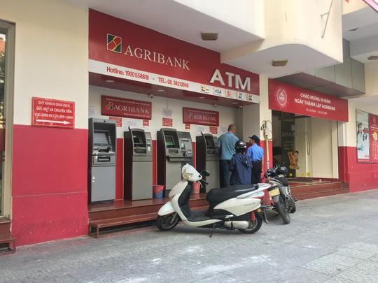 Lại thêm ngân hàng tăng phí giao dịch, người dùng phát hoảng - Ảnh 1.