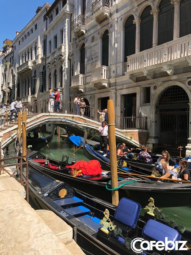 Tôi vừa đến Venice và suýt chết ngạt, thành phố này đang bị nhấn chìm - không phải vì nước biển dâng mà bởi dòng lũ những du khách như tôi... - Ảnh 2.