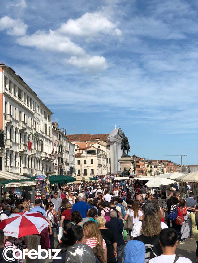 Tôi vừa đến Venice và suýt chết ngạt, thành phố này đang bị nhấn chìm - không phải vì nước biển dâng mà bởi dòng lũ những du khách như tôi... - Ảnh 5.