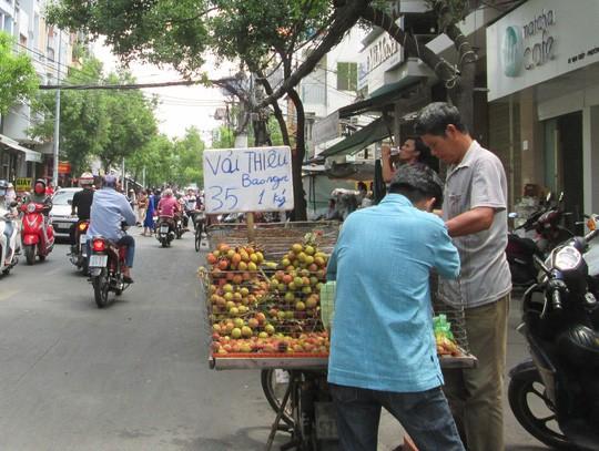 Trung Quốc trúng mùa, trái vải Việt Nam rớt giá sớm - Ảnh 2.