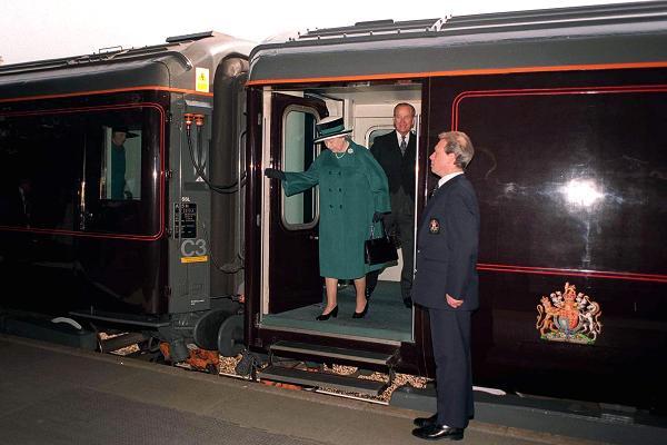 Có gì trên chuyến tàu ân sủng Công nương Meghan sẽ trải qua cùng Nữ hoàng Anh trong chuyến đi dài ngày tới Chester? - Ảnh 1.