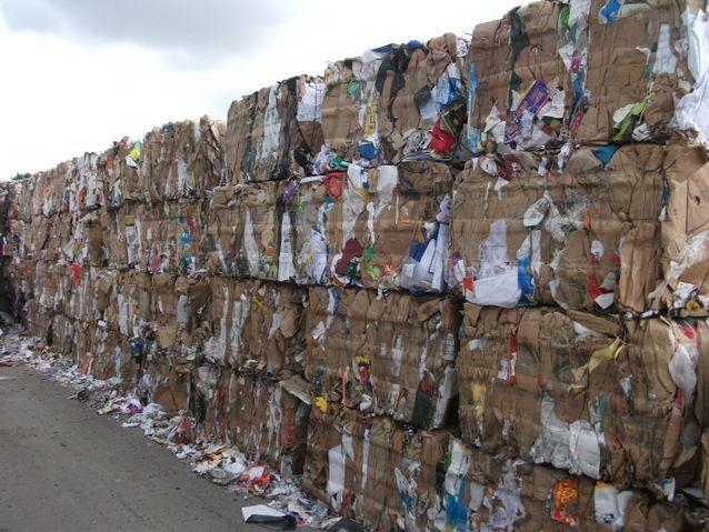 Trung Quốc siết chặt kiểm soát ô nhiễm: Doanh nghiệp kéo nhau sang Việt Nam tái chế bột giấy - Ảnh 1.