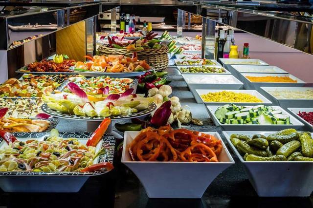 """[Case Study] Buffet - Mô hình kinh doanh """"lời không tưởng"""": Khách ăn càng nhiều, nhà hàng càng lãi, nhờ áp dụng cả kinh tế học và tâm lý học - Ảnh 1."""