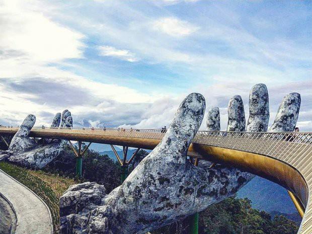 Ngắm tiên cảnh từ cây cầu vàng được nâng đỡ bởi đôi bàn tay khổng lồ siêu ấn tượng ở Đà Nẵng - Ảnh 2.