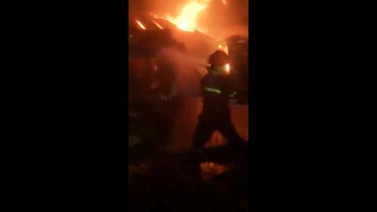 Khánh Hòa: Chợ Tu Bông bùng cháy trong đêm - Ảnh 1.