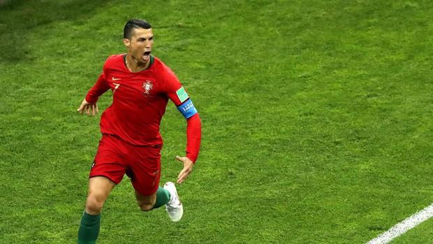 Siêu nhân Ronaldo chạm tới 3 kỷ lục ngày phá lưới Tây Ban Nha - Ảnh 1.