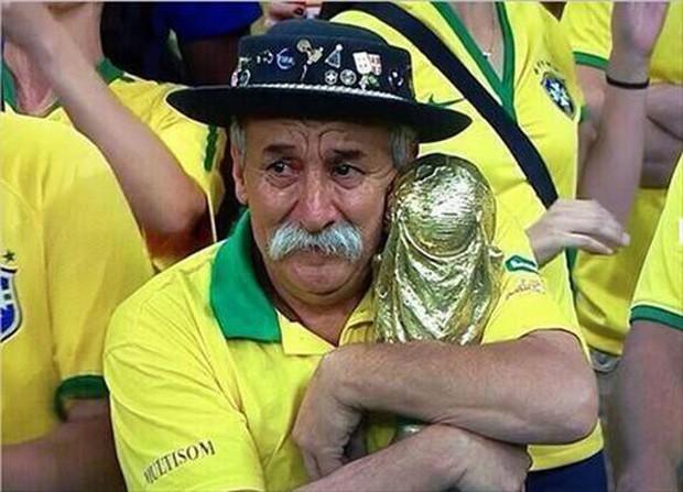 Câu chuyện cảm động của cụ ông nổi tiếng 25 năm cổ vũ World Cup, nay được viết tiếp bởi con trai - Ảnh 1.
