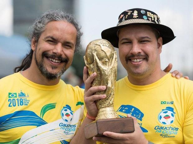 Câu chuyện cảm động của cụ ông nổi tiếng 25 năm cổ vũ World Cup, nay được viết tiếp bởi con trai - Ảnh 3.