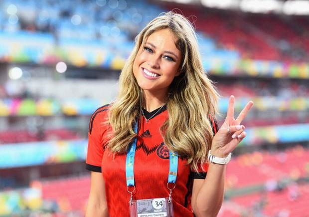 Nữ phóng viên xinh đẹp nhất World Cup gây sốt trở lại khi Đức gặp Mexico - Ảnh 1.