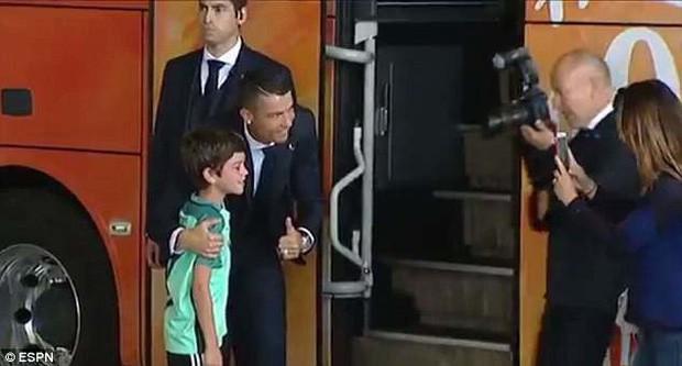 Lao ra khỏi chiếc xe buýt, Ronaldo thực hiện một cử chỉ làm đốn tim hàng triệu CĐV - Ảnh 1.