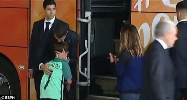 Lao ra khỏi chiếc xe buýt, Ronaldo thực hiện một cử chỉ làm đốn tim hàng triệu CĐV - Ảnh 2.