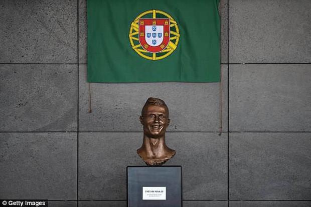Lao ra khỏi chiếc xe buýt, Ronaldo thực hiện một cử chỉ làm đốn tim hàng triệu CĐV - Ảnh 3.