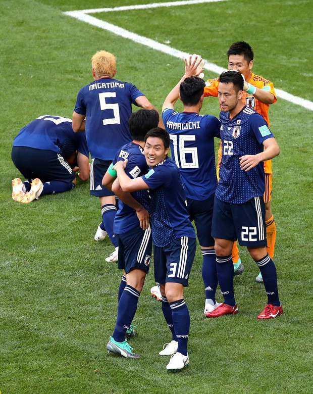 Cổ động viên Nhật bản ở lại sân dọn rác sau khi đội nhà chiến thắng Colombia tại World Cup - Ảnh 1.