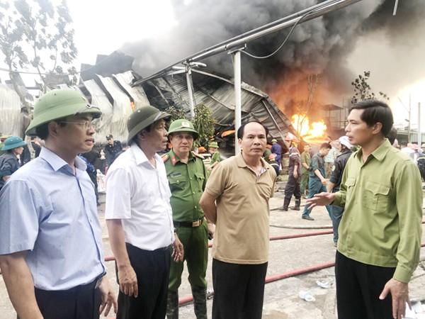 Cháy lớn tại công ty nhựa thông ở Quảng Ninh: Huy động 800 người chữa cháy - Ảnh 1.