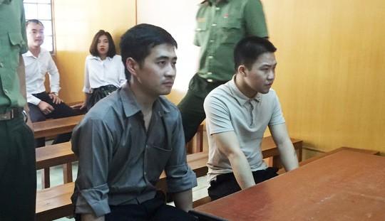 Dùng thẻ tín dụng giả mua iPhone, 2 khách Trung Quốc vào tù - Ảnh 1.