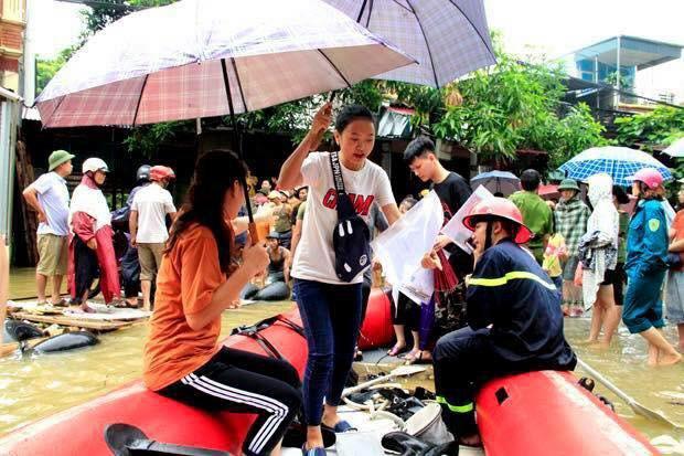 Chùm ảnh: Các sĩ tử vùng cao vượt mưa lũ đi thi THPT Quốc Gia 2018 - Ảnh 2.