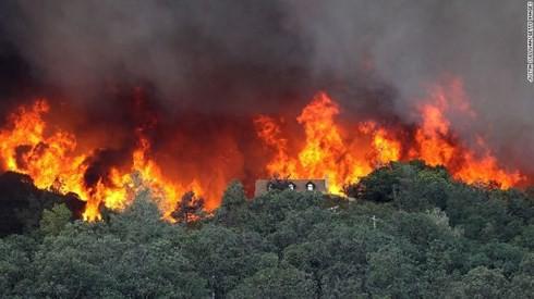 Hàng nghìn người phải sơ tán do cháy rừng ở California, Mỹ - Ảnh 1.