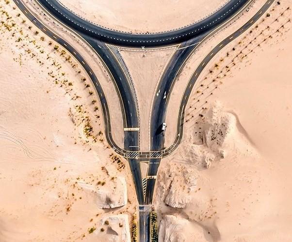 Ngỡ ngàng trước cảnh các con đường UAE ngập chìm trong cát sa mạc - Ảnh 11.