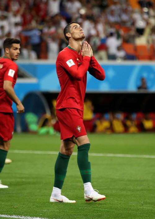 Ngày tồi tệ của Ronaldo: Hỏng penalty, đánh nguội đến suýt nhận thẻ đỏ - Ảnh 6.