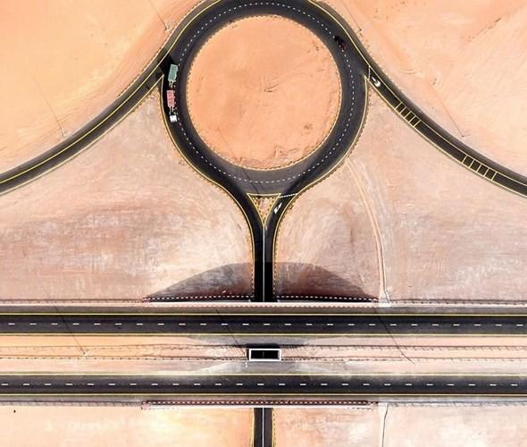 Ngỡ ngàng trước cảnh các con đường UAE ngập chìm trong cát sa mạc - Ảnh 9.