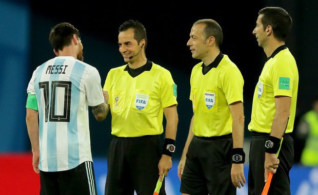 Thêm bức ảnh cho thấy khả năng tiên tri của Messi: Cười rất tươi khi đứng cạnh Rojo và trọng tài - Ảnh 2.