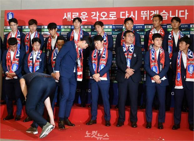 Son Heung-min bị CĐV Hàn Quốc ném trứng sau khi trở về nước từ World Cup 2018 - Ảnh 1.