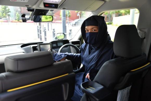 Đi taxi ở Nhật Bản mùa này: Tài xế nếu không phải ninja huyền thoại thì cũng là vệ sĩ vest đen cực ngầu và còn được trang bị cả… súng nước - Ảnh 1.