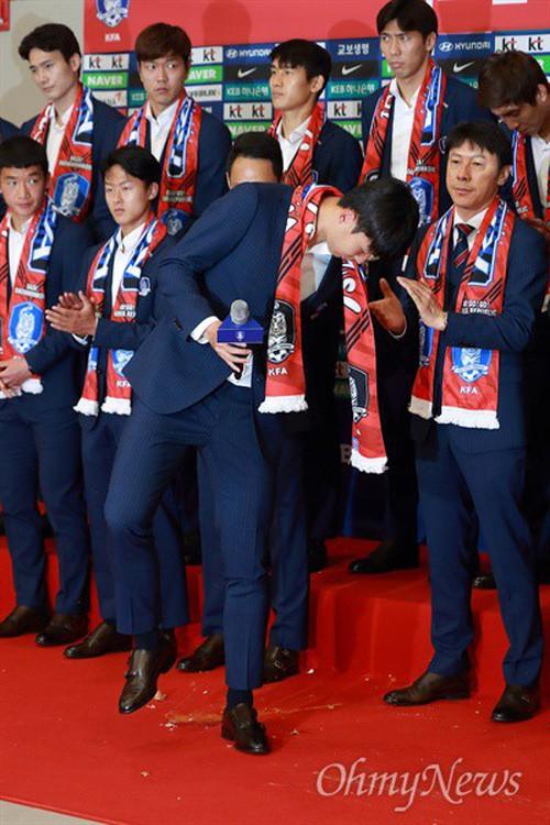 Son Heung-min bị CĐV Hàn Quốc ném trứng sau khi trở về nước từ World Cup 2018 - Ảnh 3.