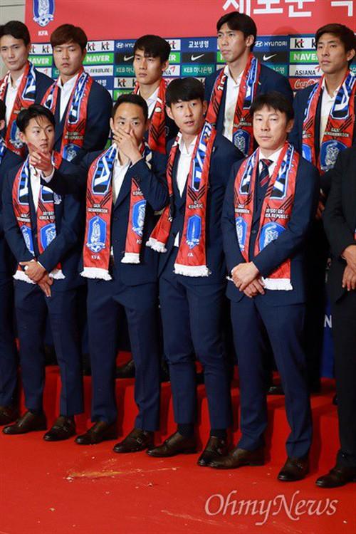 Son Heung-min bị CĐV Hàn Quốc ném trứng sau khi trở về nước từ World Cup 2018 - Ảnh 4.