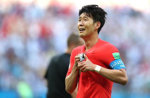 Son Heung-min bị CĐV Hàn Quốc ném trứng sau khi trở về nước từ World Cup 2018 - Ảnh 5.