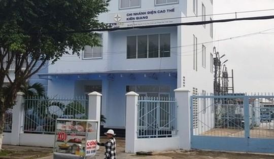 Ưu ái bổ nhiệm cho vợ, Giám đốc Chi nhánh Điện cao thế Kiên Giang mất chức - Ảnh 1.