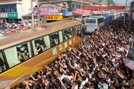Những hình ảnh ấn tượng trong ngày thi đại học đầu tiên ở Trung Quốc - kỳ thi khắc nghiệt nhất thế giới - Ảnh 4.