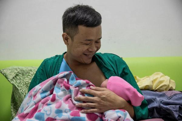 Được làm cha là niềm hạnh phúc nhất: Những bức ảnh ngọt ngào ghi lại khoảnh khắc các ông bố khắp thế giới đón chào giây phút con chào đời - Ảnh 2.