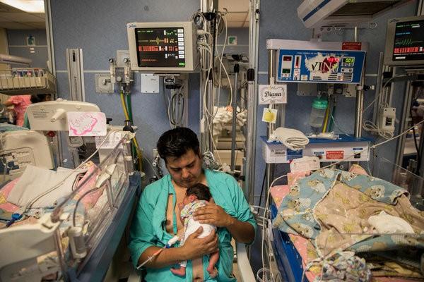 Được làm cha là niềm hạnh phúc nhất: Những bức ảnh ngọt ngào ghi lại khoảnh khắc các ông bố khắp thế giới đón chào giây phút con chào đời - Ảnh 11.