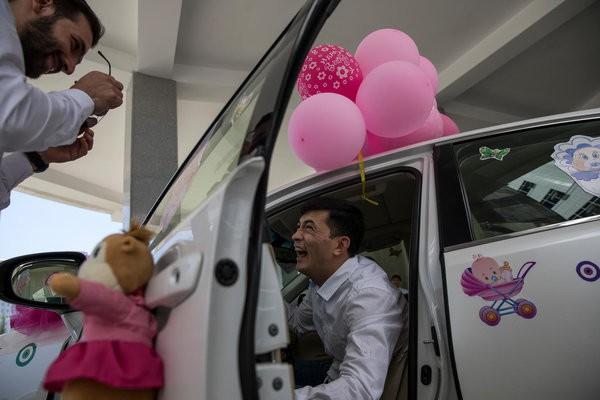 Được làm cha là niềm hạnh phúc nhất: Những bức ảnh ngọt ngào ghi lại khoảnh khắc các ông bố khắp thế giới đón chào giây phút con chào đời - Ảnh 5.