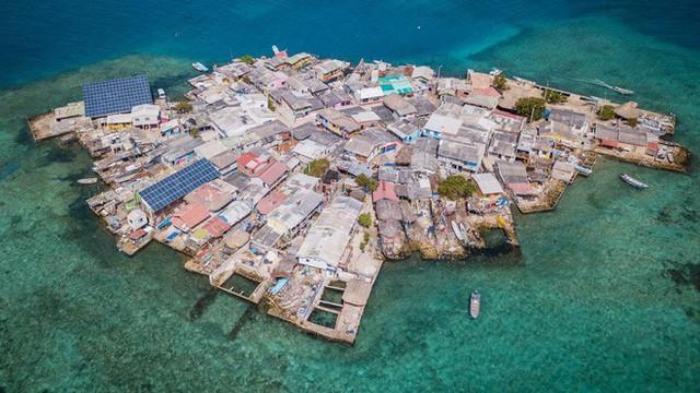 Ghé thăm hòn đảo đông dân nhất thế giới: Diện tích chỉ gần bằng 2 sân bóng đá, thiếu thốn trăm bề nhưng cuộc sống yên bình đến nỗi người dân đi ngủ không cần khóa cửa - Ảnh 1.