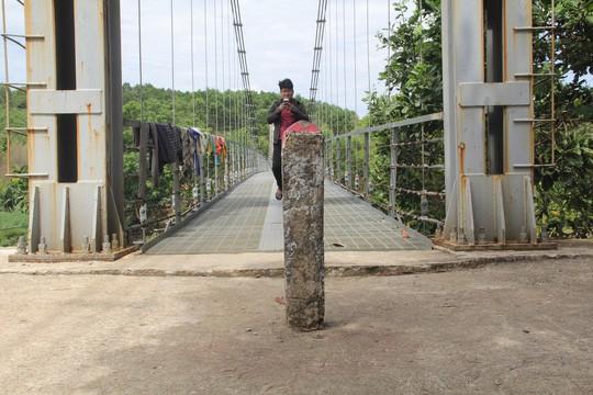 Cầu treo 6,5 tỉ đồng xây 3 năm chưa đi được vì... thiếu đường dẫn - Ảnh 1.