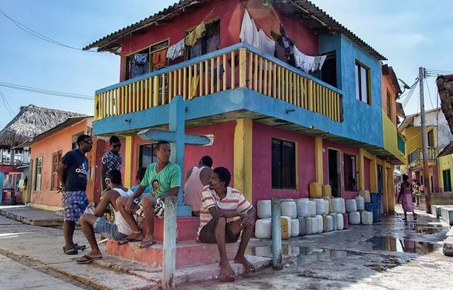Ghé thăm hòn đảo đông dân nhất thế giới: Diện tích chỉ gần bằng 2 sân bóng đá, thiếu thốn trăm bề nhưng cuộc sống yên bình đến nỗi người dân đi ngủ không cần khóa cửa - Ảnh 6.