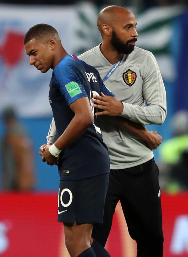 Sau màn lăn lộn ăn vạ như Neymar, sao trẻ Mbappe lại bị chỉ trích vì thói câu giờ chọc tức đối thủ - Ảnh 1.
