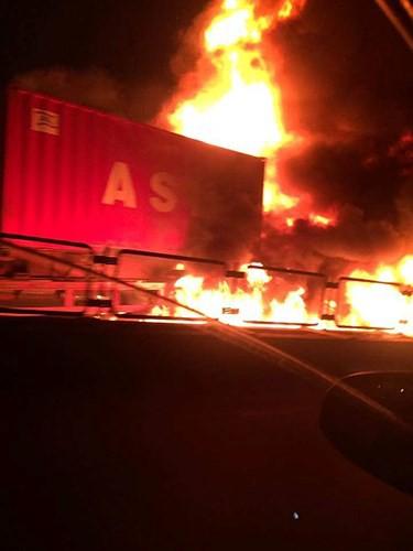 Hiện trường xe khách 47 chỗ cháy dữ dội trên đường vành đai 3 Hà Nội - Ảnh 2.