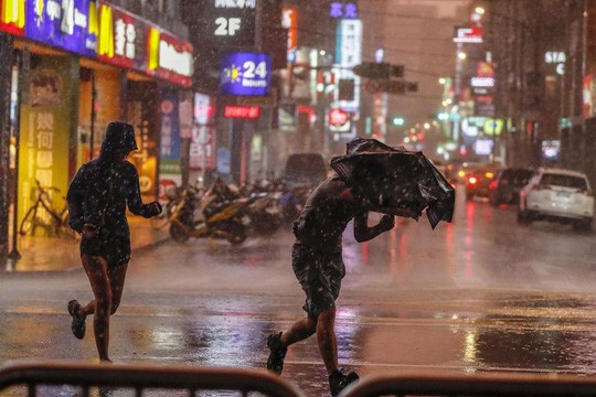 Siêu bão Maria tấn công Đài Loan, Trung Quốc nín thở - Ảnh 1.